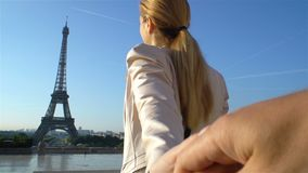 Siga-me mulher feliz de Paris que conduz seu noivo à torre Eiffel video estoque