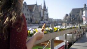 Siga a menina com o waffle de Bélgica video estoque