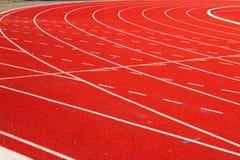 Siga o corredor, escada rolante vermelha no campo de esporte Fotografia de Stock Royalty Free