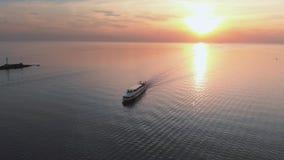 Siga o iate branco do navio - opinião superior do farol do por do sol aéreo com os navios no fundo - paisagem morna do sol de aju filme
