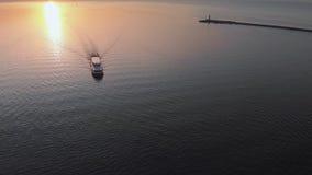 Siga o iate branco do navio - opini?o superior do farol do por do sol a?reo com os navios no fundo - paisagem morna do sol de aju vídeos de arquivo
