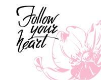Siga su corazón, las letras escritas mano Día de San Valentín romántico de la inscripción de la tarjeta de la caligrafía del amor imagenes de archivo
