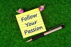 Siga sua paixão na nota imagens de stock royalty free