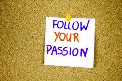 siga sua paixão na nota pegajosa com a inscrição fixada em um quadro de mensagens da cortiça imagens de stock