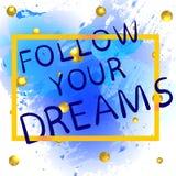 SIGA SUAS letras escritas mão do gradiend do ouro dos SONHOS no respingo azul da pintura com as bolas douradas de brilho Fotografia de Stock