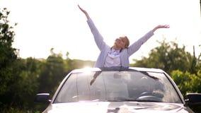 Siga sus sue?os El viajar en coche La muchacha mira fuera de la portilla del coche hacia los sue?os almacen de metraje de vídeo