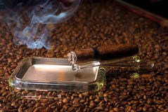 Sigaar in een asbakje en een rookwolk Stock Foto