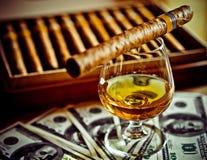 Sigaar en cognac stock foto's