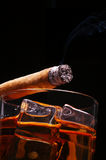 Sigaar op Whisky Stock Foto's