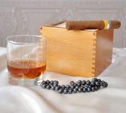 Sigaren, cognac en parels Stock Afbeelding
