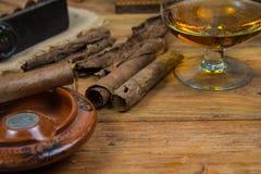 Sigaren en Rum of alcohol op lijst Stock Foto's