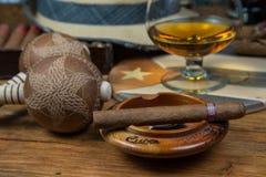 Sigaren en Rum of alcohol op lijst Stock Foto