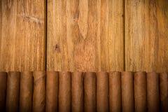 Sigaren op rustieke lijst Stock Afbeeldingen