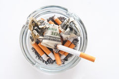 Sigaret in asbakje Stock Afbeelding