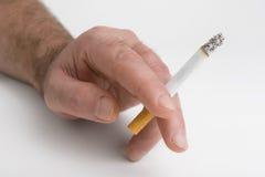 Sigaret in een hand Stock Afbeeldingen