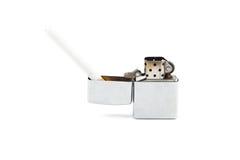 Sigaret en aansteker op witte achtergrond Stock Afbeeldingen