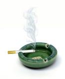 Sigaret en asbakje Stock Fotografie