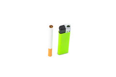 Sigaret en groene aansteker op wit Stock Afbeelding