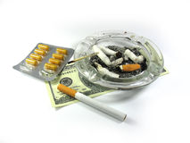 Sigaret, geld, as-afval, en geïsoleerdeo drugs Royalty-vrije Stock Foto's