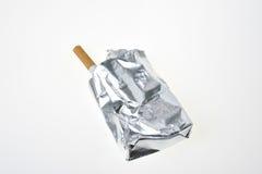 Sigaret met aluminiumpakket stock afbeeldingen