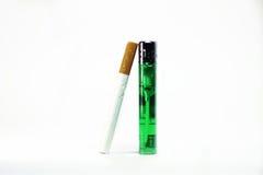 Sigaret met groene geïsoleerde aansteker Stock Fotografie