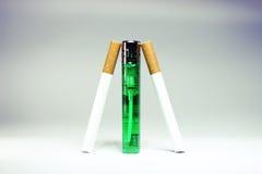 Sigaret met groene geïsoleerde aansteker Stock Afbeelding