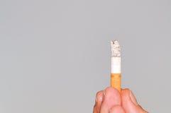 Sigaret op grijze achtergrond Stock Afbeelding