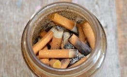 Sigaretfilter in glasfles royalty-vrije stock afbeeldingen
