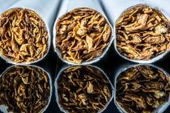 Sigaretmacro met een verkoper van tabakswaren met een bezinning op een zwarte glasachtergrond royalty-vrije stock afbeelding