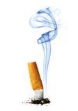 Sigaretstomp met rook royalty-vrije stock afbeelding