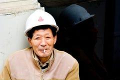 Sigaretta cinese del fumo dell'uomo del costruttore Fotografia Stock Libera da Diritti