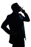 Sigaretta di fumo del ritratto dell'uomo della siluetta Fotografie Stock