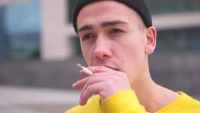Sigaretta di fumo dell'uomo video d archivio