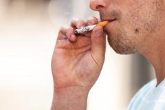 Sigaretta di fumo dell'uomo adulto fuori Fotografia Stock Libera da Diritti