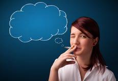Sigaretta di fumo di bella signora con la nuvola di idea Immagine Stock