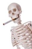 Sigaretta di fumo di scheletro Fotografia Stock