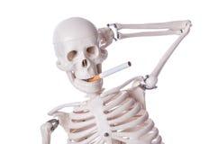 Sigaretta di fumo di scheletro Fotografie Stock Libere da Diritti