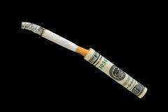 Sigaretta e 100 dollari su una priorità bassa nera Fotografia Stock