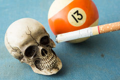 Sigaretta e 13 del cranio Fotografia Stock