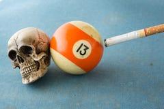 Sigaretta e 13 del cranio Fotografie Stock