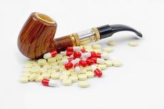 Sigaretta e pillole Fotografia Stock Libera da Diritti