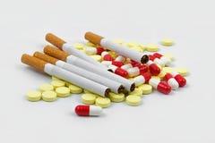 Sigaretta e pillole Immagine Stock Libera da Diritti
