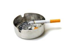 Sigaretta e portacenere Fotografia Stock