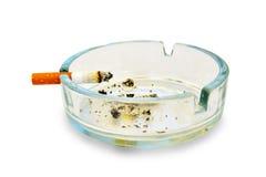 Sigaretta e portacenere su bianco Immagine Stock