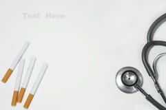 Sigaretta e stetoscopio per fondo Immagini Stock Libere da Diritti