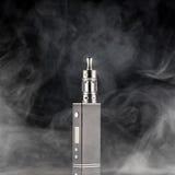 Sigaretta elettronica sopra un fondo scuro fotografia stock libera da diritti