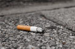 Sigaretta: fumo e l'estremità Immagine Stock
