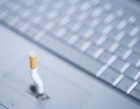 Sigaretta fuori dal calcolatore Fotografia Stock