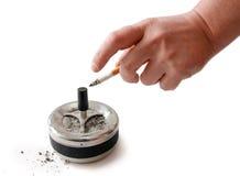 Sigaretta in mano dell'uomo, portacenere. Fotografia Stock Libera da Diritti
