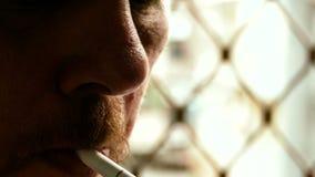 Sigaretta non rasata di illuminazione dell'uomo video d archivio
